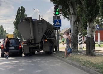 Уходя от столкновения в Мелитополе, грузовик едва не снес светофор (ФОТО)