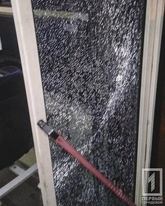 В Кривом Роге неизвестный обстрелял троллейбус с пассажирами – СМИ (ФОТО)