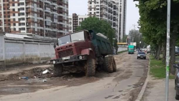 В Киеве в яме посреди дороги застрял грузовик с песком (ФОТО)