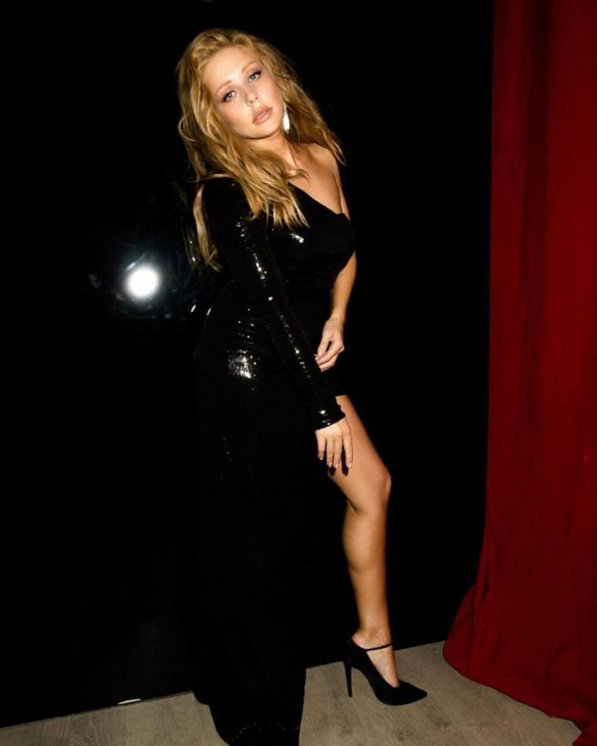 Тина Кароль опубликовала соблазнительные снимки в черном платье (ФОТО)
