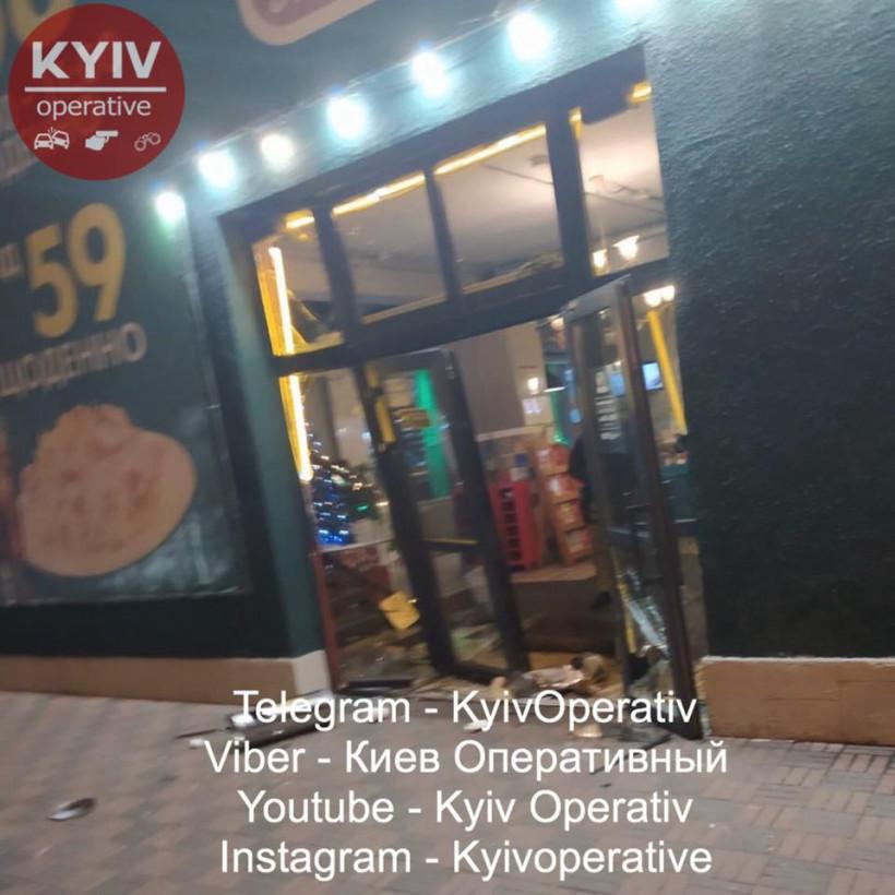 На Позняках в Киеве хулиганы устроили в пиццерии массовую драку с погромом (ФОТО)