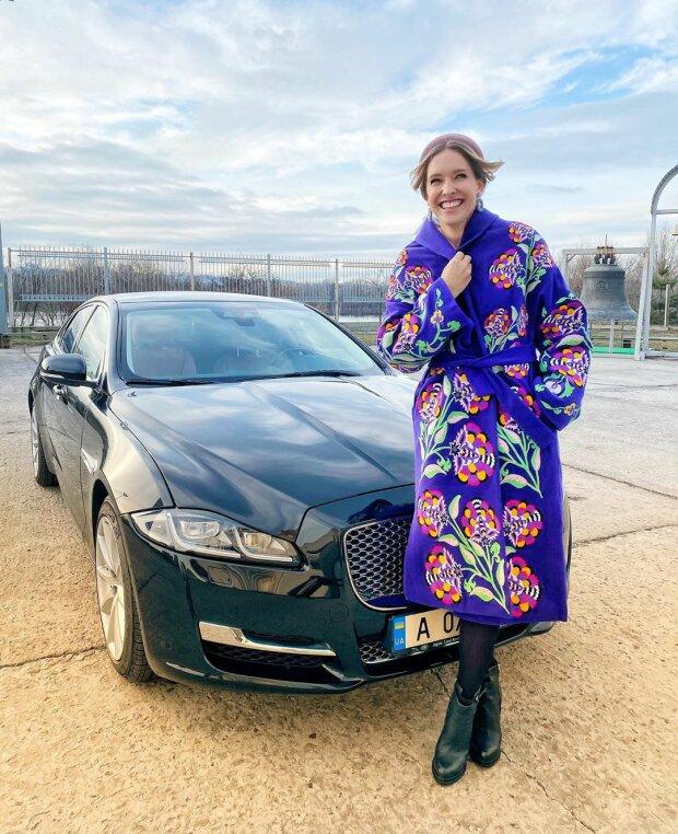 Катя Осадчая с округлившимся животом в ярком пальто попозировала на фоне роскошного авто (ФОТО)