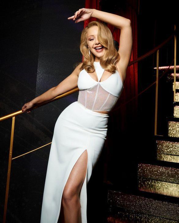 Тина Кароль в белом платье соблазнительно позировала на камеру (ФОТО)