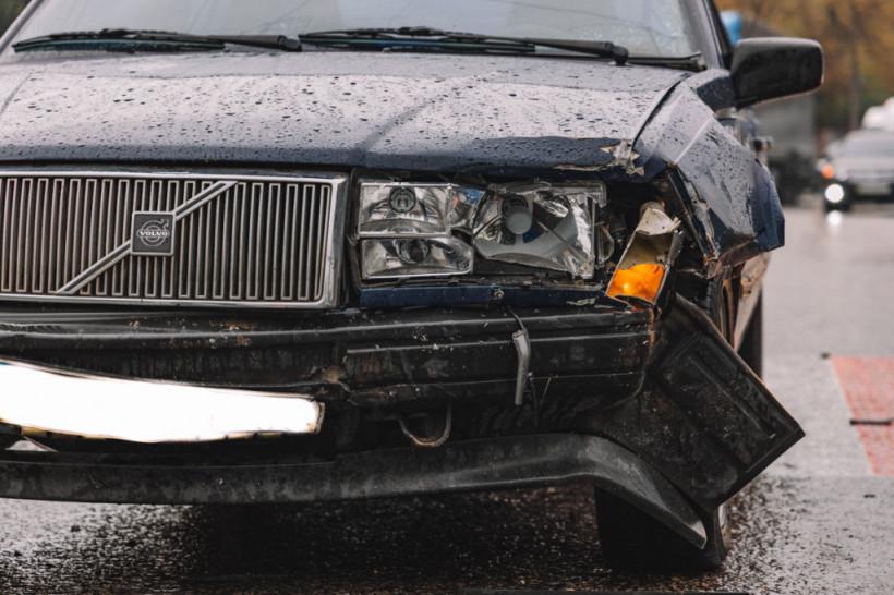 Возле больницы в Днепре столкнулись Volvo и Daewoo (ФОТО, ВИДЕО)