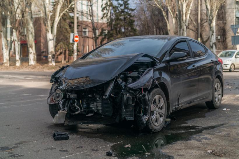 Бампер отлетел на 10 метров: В центре Днепра столкнулись Hyundai и Chevrolet (ФОТО, ВИДЕО)