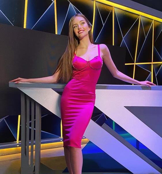 Жена Дмитрия Комарова похвасталась точеной фигурой в облегающем платье (ФОТО)