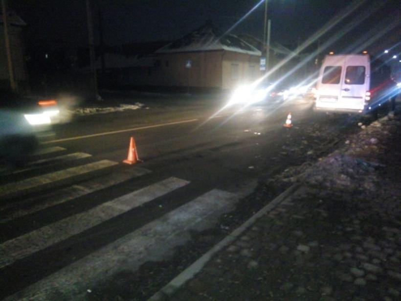 На Закарпатье микроавтобус Mercedes сбил пешехода, выбежавшего на дорогу (ФОТО)