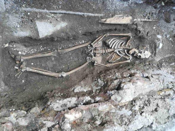 Рабочие метро наткнулись на скелет матери с младенцем (ФОТО)