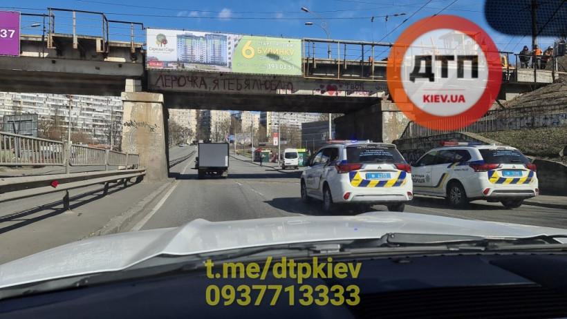 На Сырце в Киеве горе-рабочие скинули с моста мусор с гравием: досталось двум проезжающим авто (ФОТО, ВИДЕО)