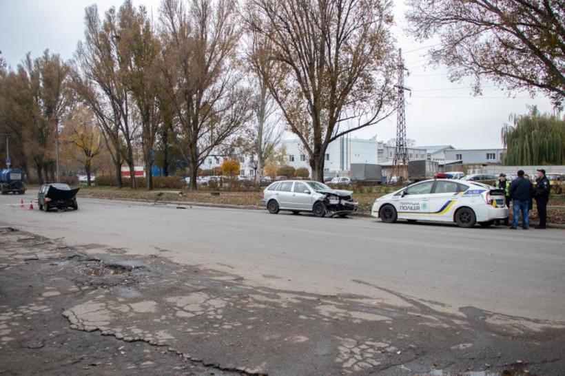 В Днепре столкнулись Skoda и «Таврия»: водителя увезла скорая (ФОТО, ВИДЕО)