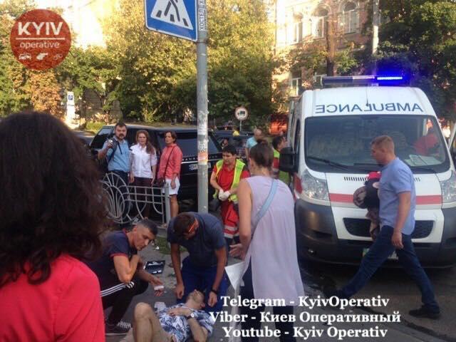 Жуткое ДТП в центре Киева: Range Rover влетел в толпу пешеходов, есть пострадавшие (ФОТО, ВИДЕО)