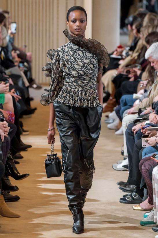 Новые осенние тренды: в моду входятволнообразныеворотникии рюши в стилеПьеро(ФОТО)
