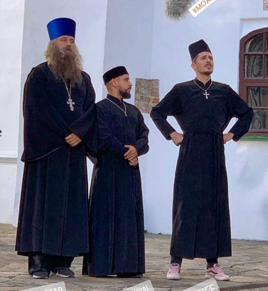 «Еще одна свадьба»: Фанаты увидели женатого Потапа возле церкви (ФОТО)
