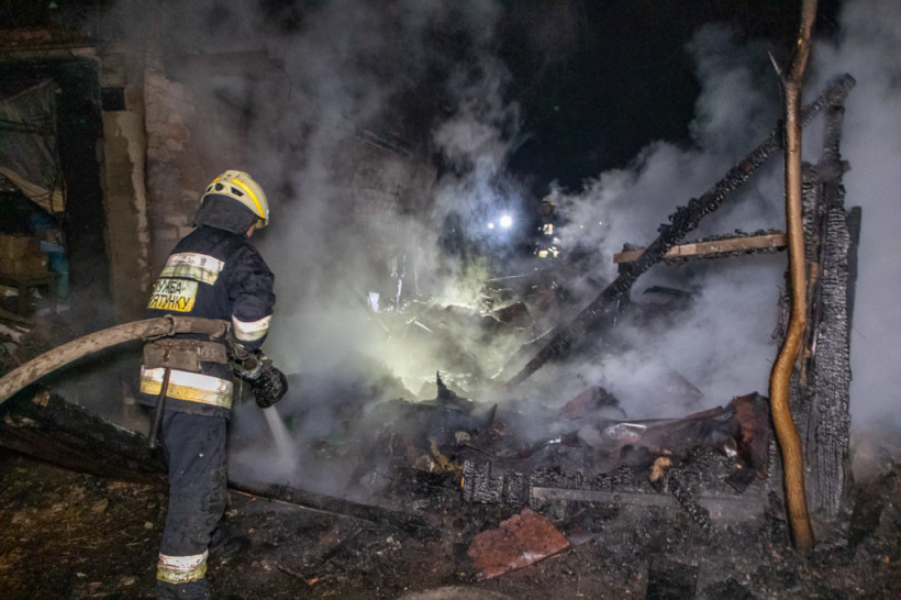 В Днепре в нежилом одноэтажном здании произошел пожар: погибло двое мужчин (ФОТО)
