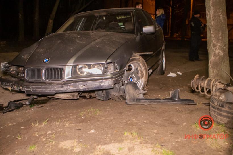Водитель шёл на обгон: В Днепре авто BMW врезалось в дерево (ФОТО, ВИДЕО)