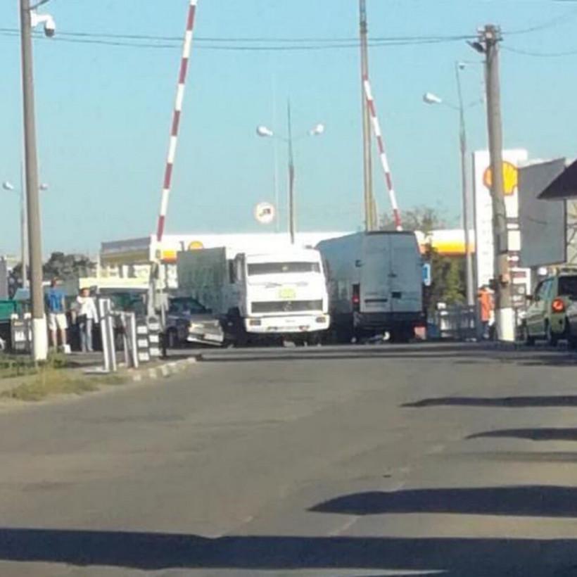 В Херсоне на переезде столкнулись легковой автомобиль и фургон, образовалась пробка (ФОТО, ВИДЕО)