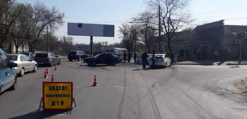 В Одессе в результате столкновения двух авто пострадали люди (ФОТО)