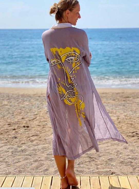 Катя Осадчая показала фото в халатике на берегу моря