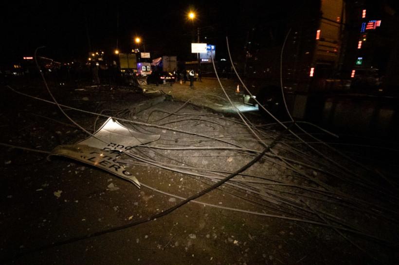 Грузовик вылетел на тротуар: После ДТП на Братиславской в Киеве из фуры вырезали водителя (ФОТО, ВИДЕО)