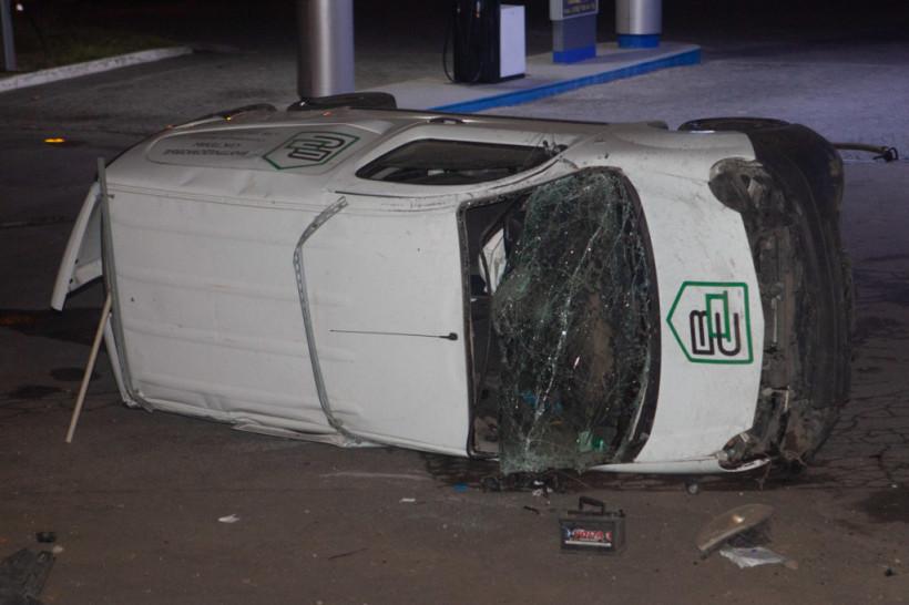 В Днепре на территорию АЗС вынесло Renault из-за автохама: автомобиль перевернулся (ФОТО)