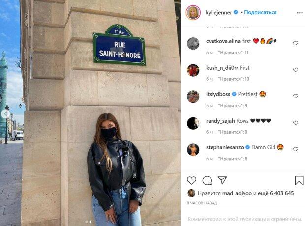 Кайли Дженнер позировала у стены в дерзком образе: расклешенные джинсы и куртка (ФОТО)