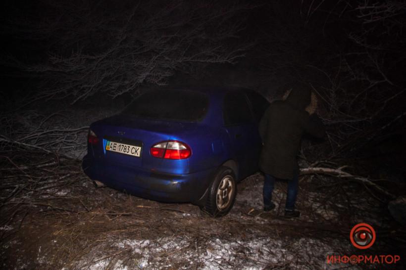 Из-за скользкой дороги в Днепре Lanos вынесло в кювет (ФОТО)