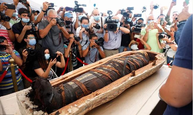 В Египте журналистам показали вскрытие саркофага: опубликованы уникальные фото артефактов