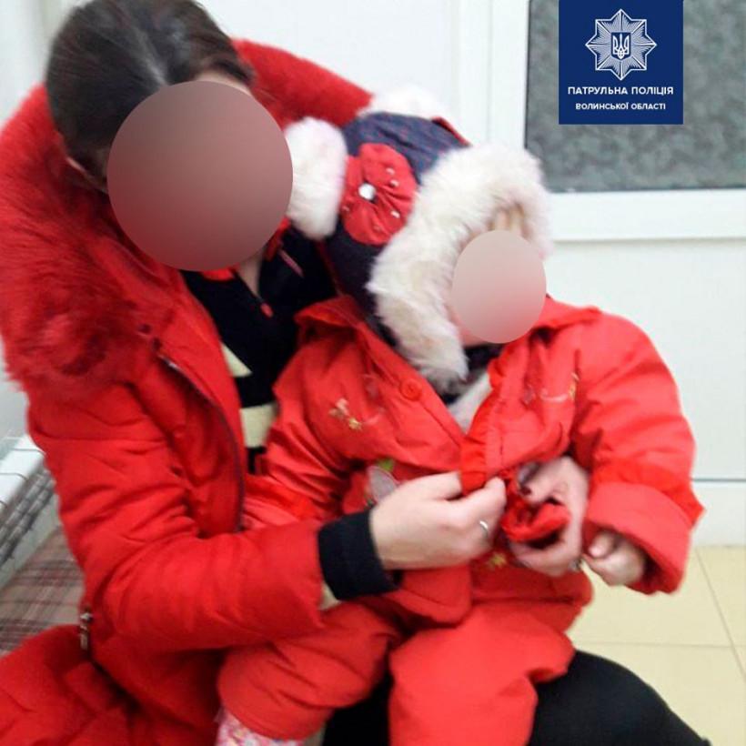 В Луцке горе-мать бросила ребёнка с коляской посреди улицы и ушла развлекаться (ФОТО)