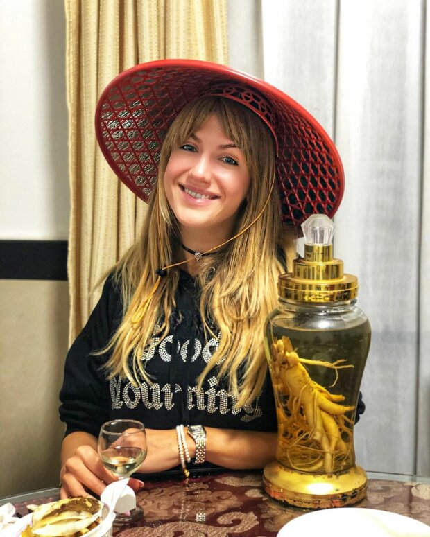 Леся Никитюк в китайской шляпе попробовала бодрящую настойку (ФОТО)