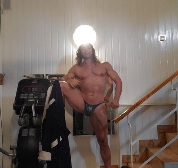 Тарзан порадовал поклонниц фото в миниатюрном белье