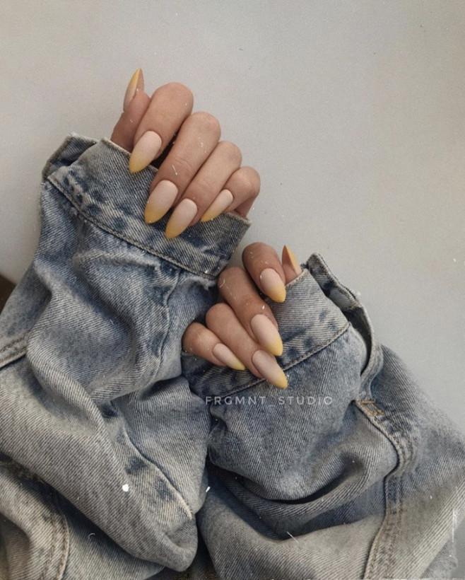 Сдержанные цвета и мало краски: как выглядит модный маникюр для холодной осени 2019 (ФОТО)