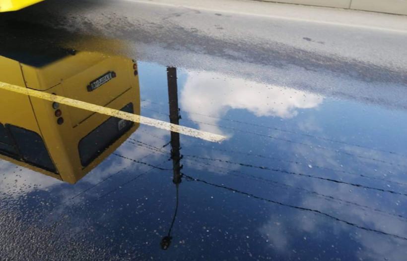 В Мариуполе сетка канализации пробила топливный бак маршрутки с пассажирами (ФОТО)