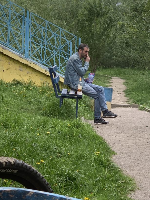 Устали от карантина: киевляне гуляют компаниями в парках и распивают алкоголь (ФОТО)