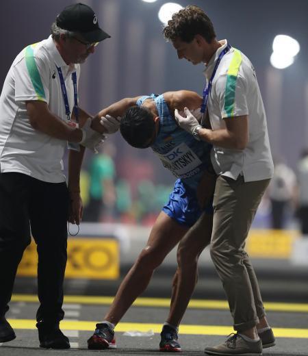 Украинский спортсмен на соревнованиях по легкой атлетике после финиша покинул арену в инвалидной коляске