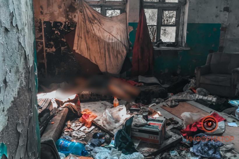 В заброшенном доме в Днепре нашли труп обнаженной женщины (ФОТО)