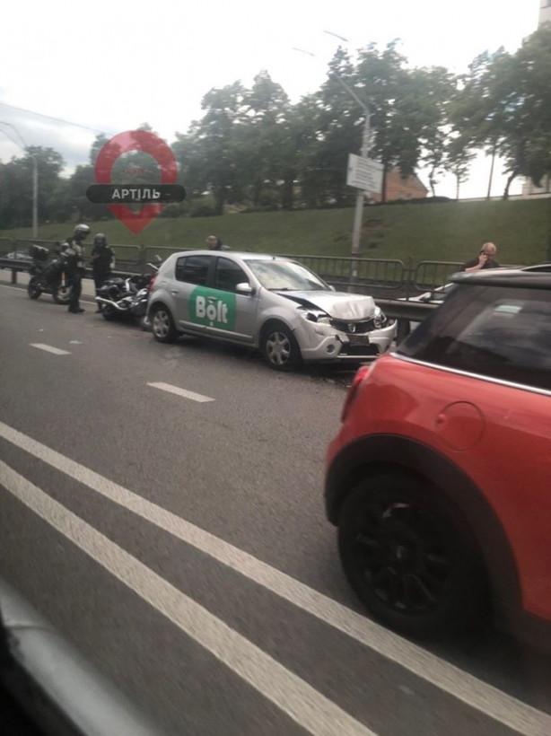 В Киеве произошло массовое ДТП: столкнулись автомобили и мотоциклы (ФОТО)
