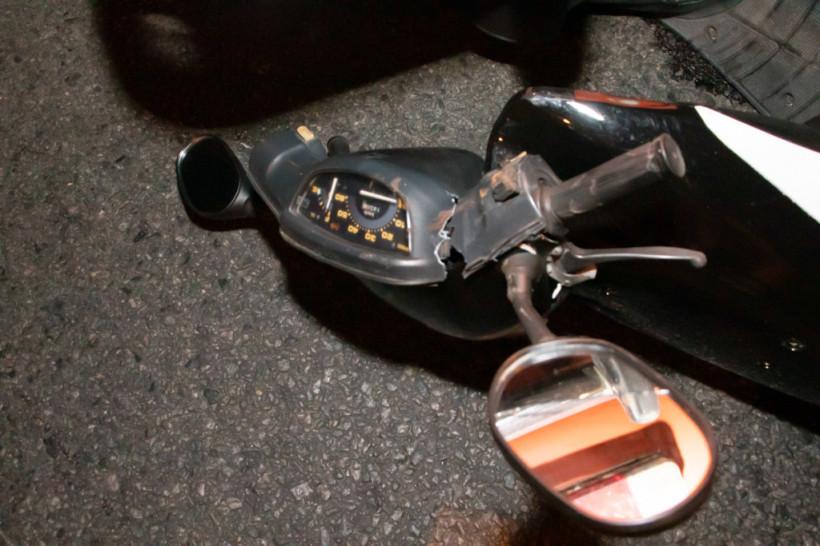 Потерял зубы и сломал ногу: В Днепре водитель мопеда попал под «Москвич» (ФОТО, ВИДЕО)