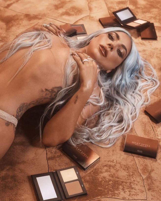 Леди Гага показала полуобнаженное фото в Сети