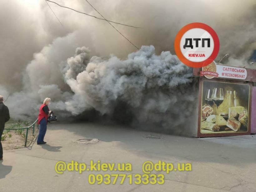 Большой столб дыма: на Теремках в Киеве горел МАФ (ФОТО, ВИДЕО)