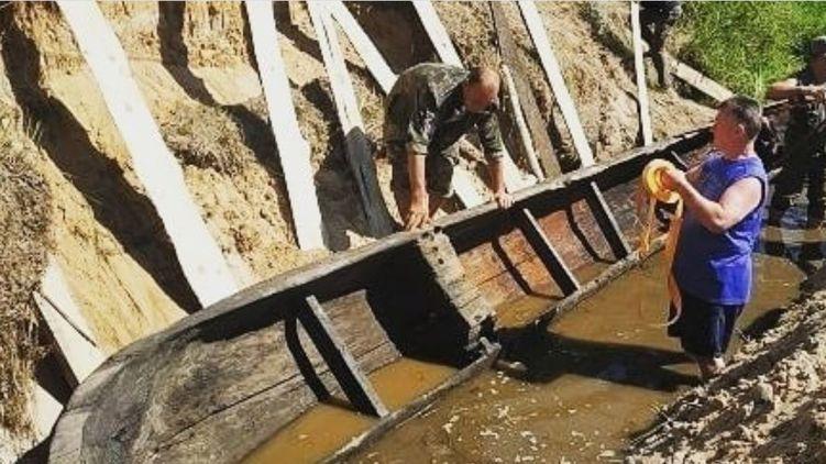 В реке на Житомирщине археологи обнаружили древнюю древлянскую лодку (ФОТО)