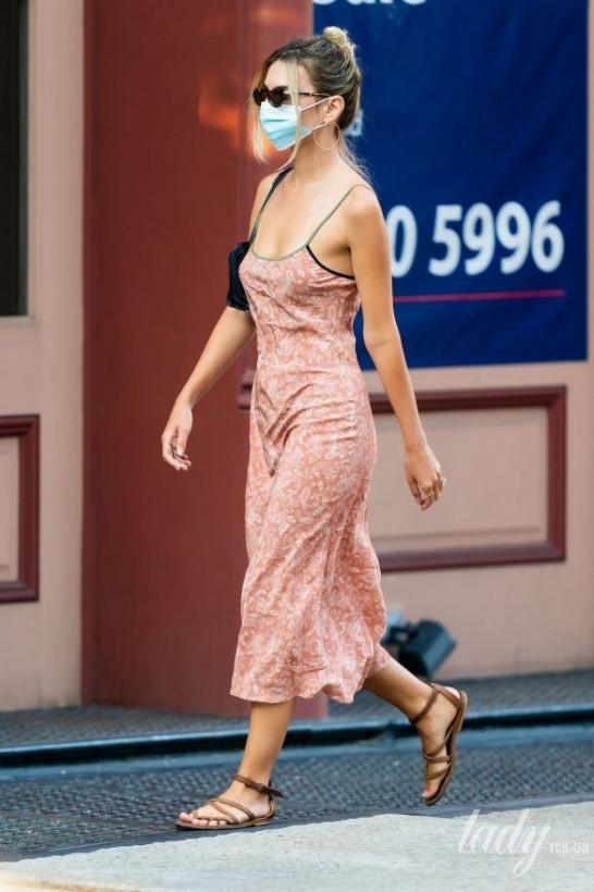 Эмили Ратаковски умилила фанатов новым образом: сарафан на тонких бретельках (ФОТО)