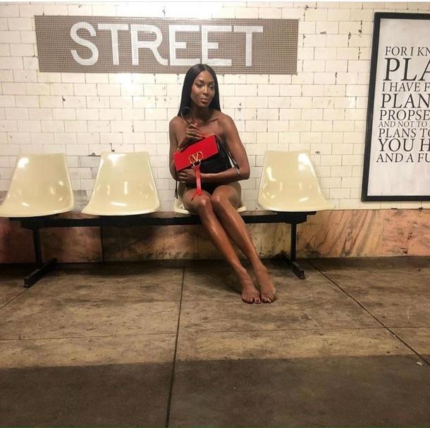 50-летняя Наоми Кэмпбелл обнажилась в метро и показала пикантные снимки в Сети