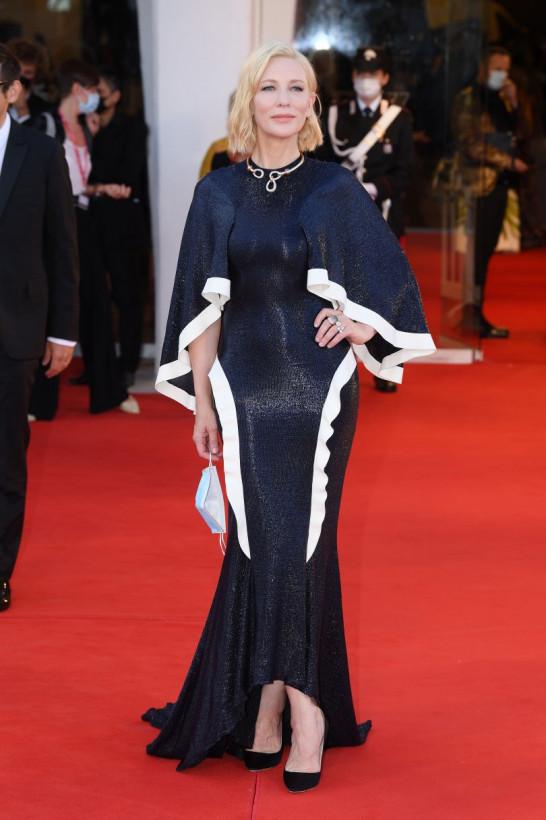 На красной дорожке Венецианского кинофестиваля Кейт Бланшетт показала изысканное платье и золотое колье (ФОТО)