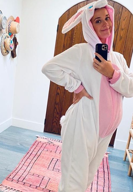 Беременная Кэти Перри показала смешное фото в костюме кролика