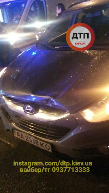 На Подоле в Киеве автоледи на Hyundai сбила на трамвайных путях девушку (ФОТО)