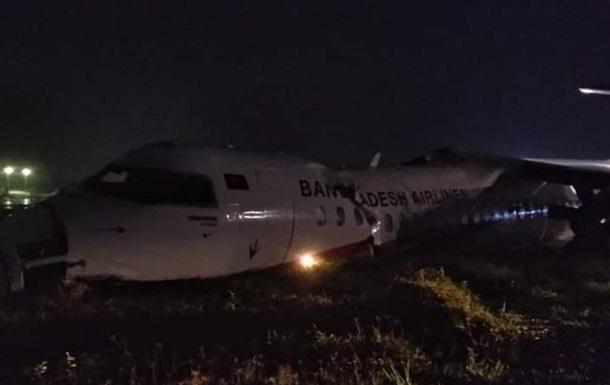 Развалился на три части: в аэропорту Мьянмы разбился пассажирский самолет (ФОТО)