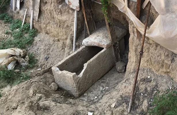 В Измире строители нашли древний каменный гроб с золотой диадемой (ФОТО)